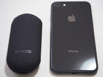 EFOS E1とiPhoneを並べてサイズを比較しているところ