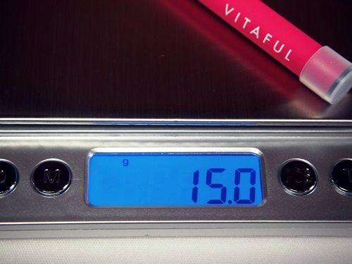 使い捨てタイプのビタフルの重さを測っているところ